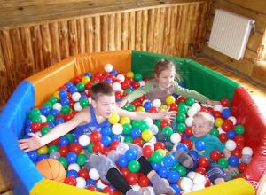 Учимся выбирать детский надувной сухой бассейн с шариками
